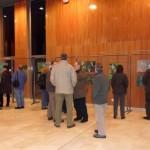 Les premiers visiteurs dans le hall d'exposition