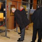 Des visiteurs admirant les images exposées